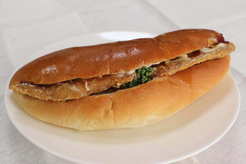 秋刀魚のほかに定番のコロッケやハンバーグなどの定番もある。