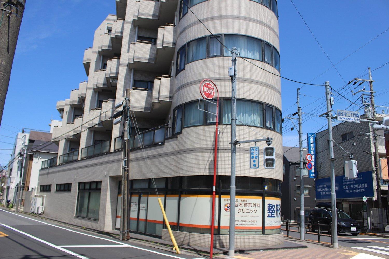 目の前のこの建物はかつてマーケットだった。