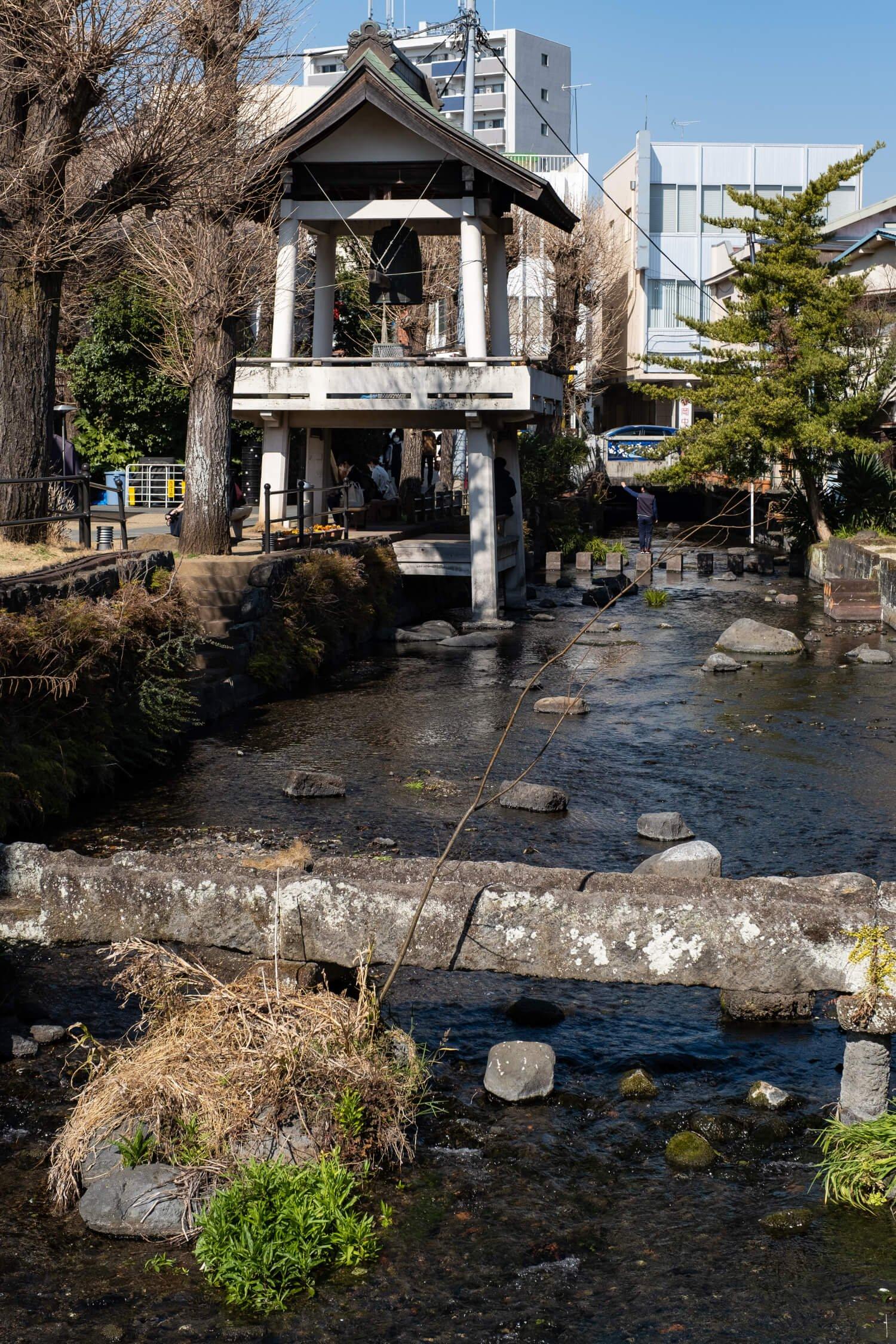 源兵衛川沿いの三石神社境内に立つ時の鐘。