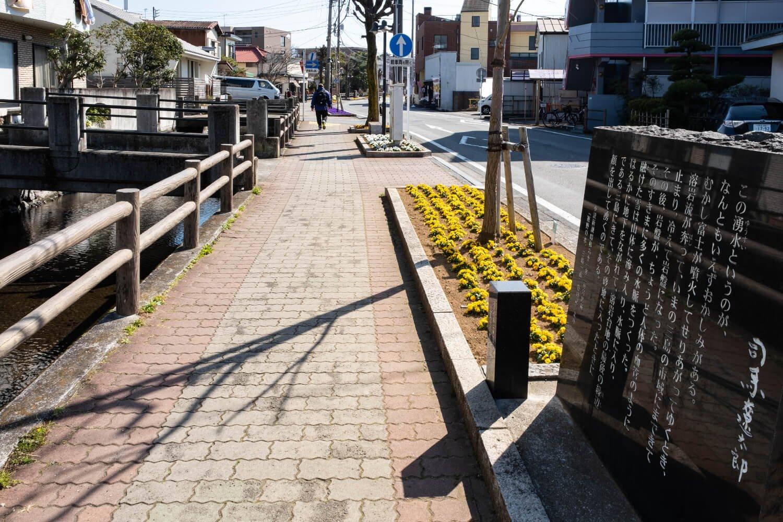 桜川沿いには三島ゆかりの文学者らの文学碑が点在。