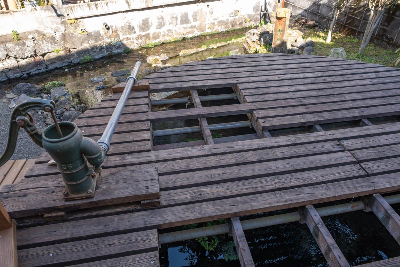 かつての生活用水の名残をとどめる雷井戸。マナーを守って訪れたい。