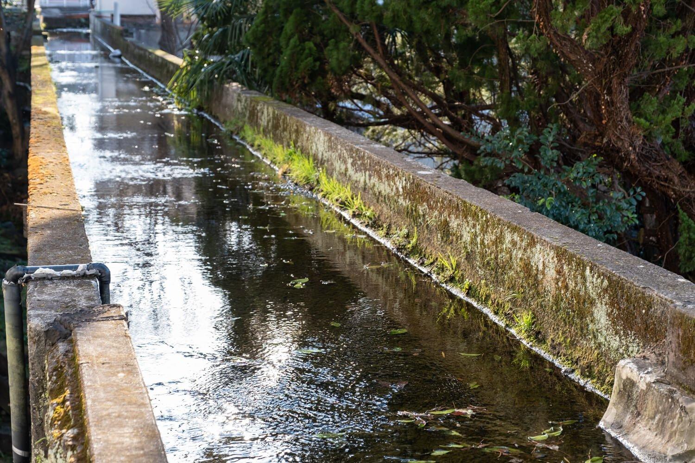 水路の下に潜り込めば、くたびれ気味の樋の様子を仰ぎ見られる。