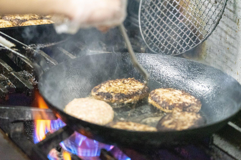 1つ1つ丁寧に焼き上げられていくハンバーグ。形も美しい。