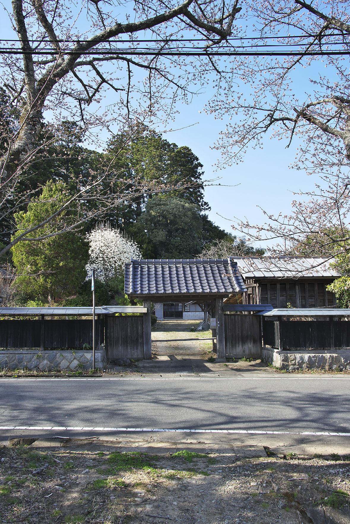 役場近くの「避難指示解除地域」には、昔ながらの集落や旧家がある。