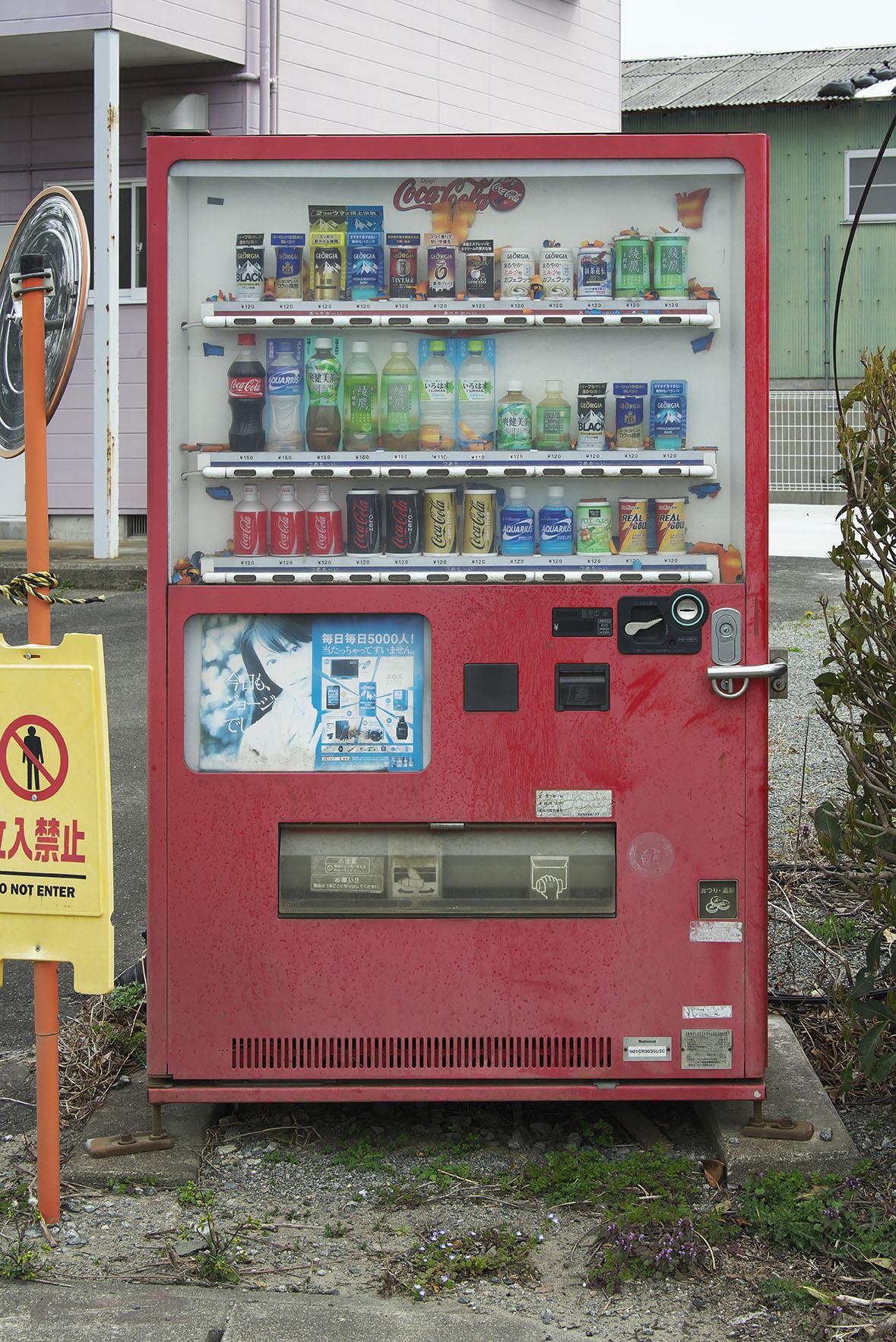 自動販売機も10年前の品揃えのまま。もちろん電源は入っていない。