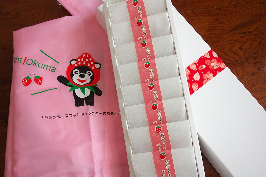 大熊町マスコットキャラクターまあちゃんと、町内産ドライイチゴ。