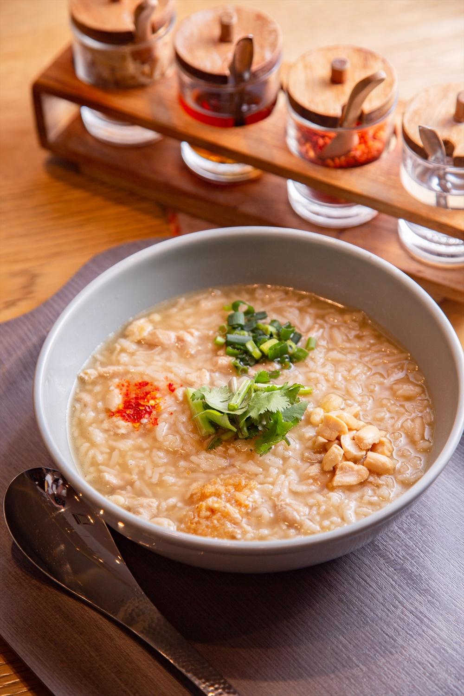 タイ雑炊のカオ トム500円。添えられた薬味と調味料をのせて。