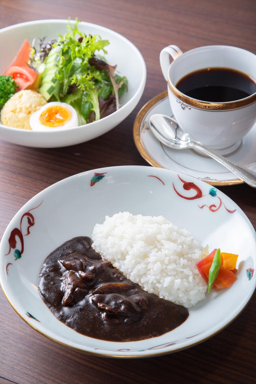 松阪牛ブラックカレーハーフ1100円と、サラダとドリンク付きセット+880円。