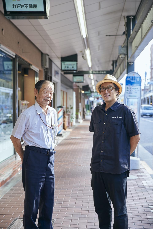 「この駐輪場スペースを借りられるよう取り計らっていただくなど、商店会理事長の佐藤さん(左)にはお世話になりっぱなしです」と町田さん。