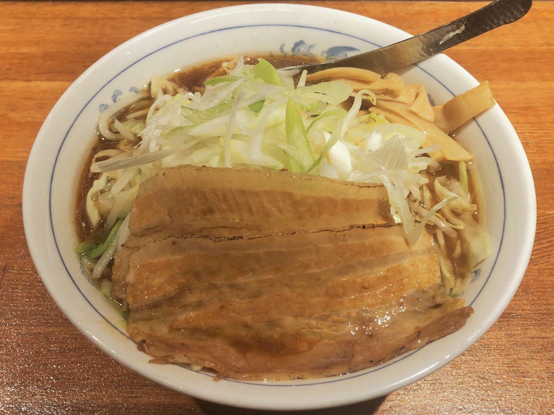 ブランド鶏の甘さが醤油スープに奥行きを与えるじとっこ醤油ラーメン730円。