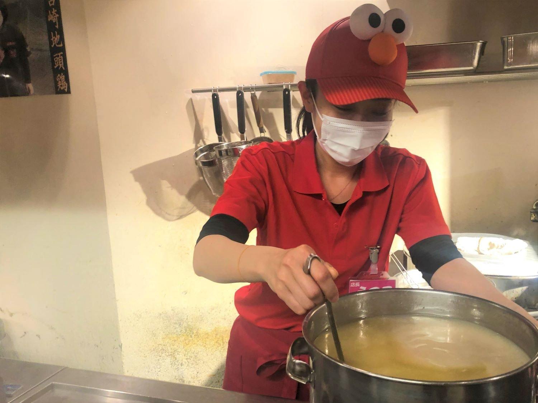 旨辛麺かつくに_荻窪ラーメン_店主と鍋