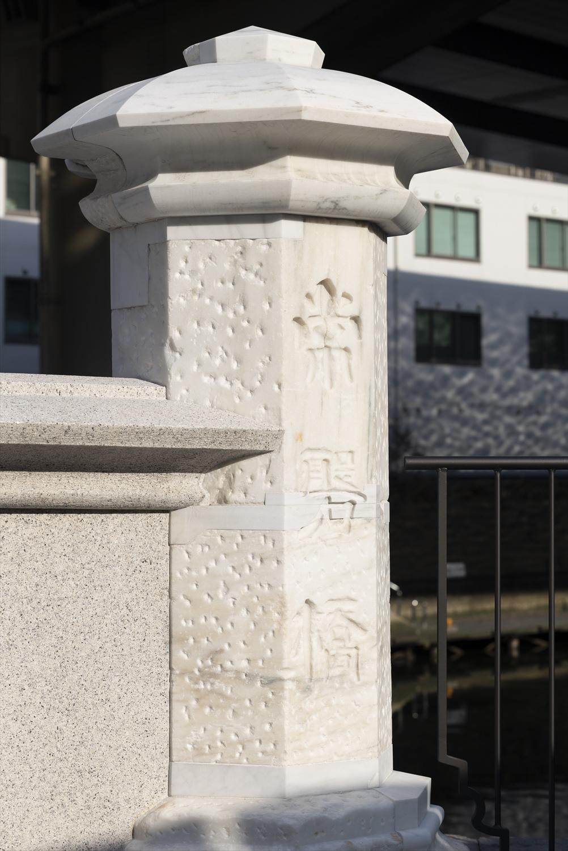 茨城産大理石の親柱は往時のもの。ボコボコ穴は昭和の大改修時の加工跡。