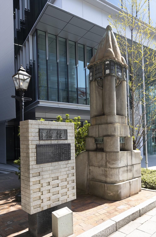 大正期の親柱はガス灯と並び立つアール・デコ風。