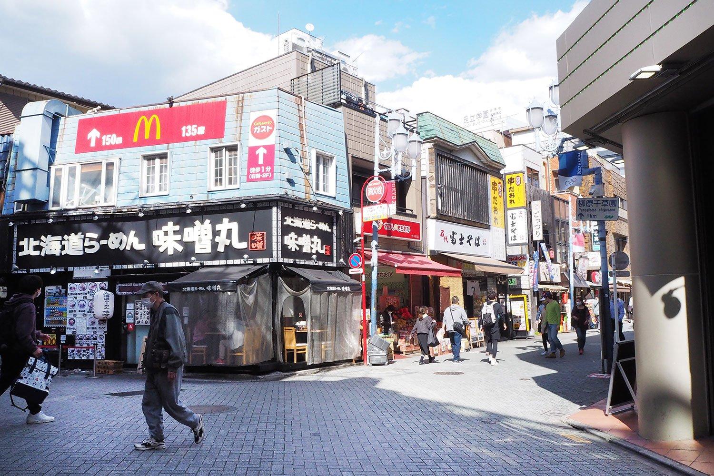 西口とは明らかに雰囲気の違う北千住駅東口。