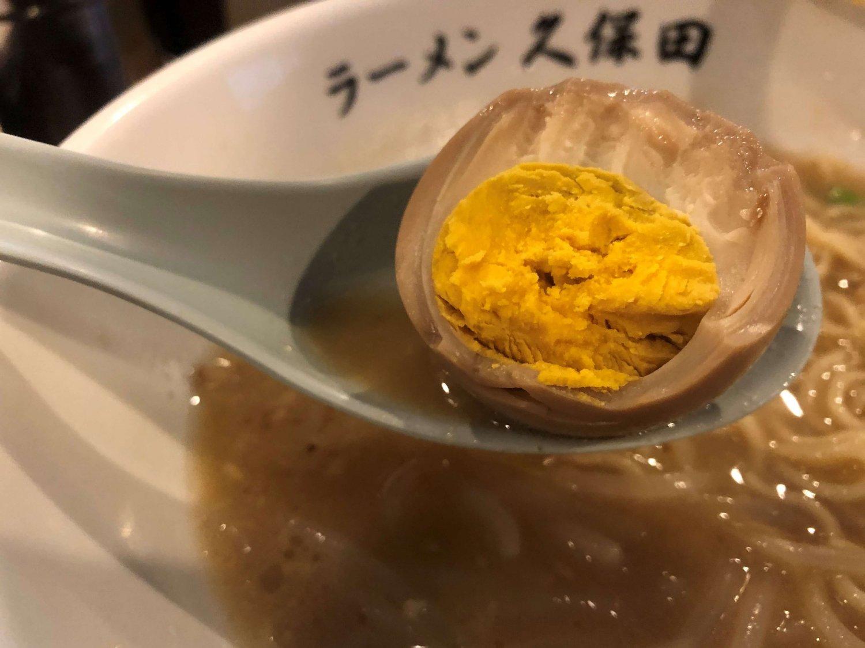 ホロホロの固ゆで玉子。黄身に出汁の効いたスープを吸わせるとおいしい。