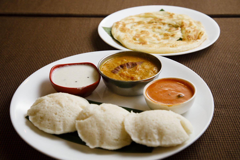南インドは米食中心だが、米と豆を発酵させて作るイドゥリなどのパンも美味。ココナッツのカレーなどに浸して食べる。