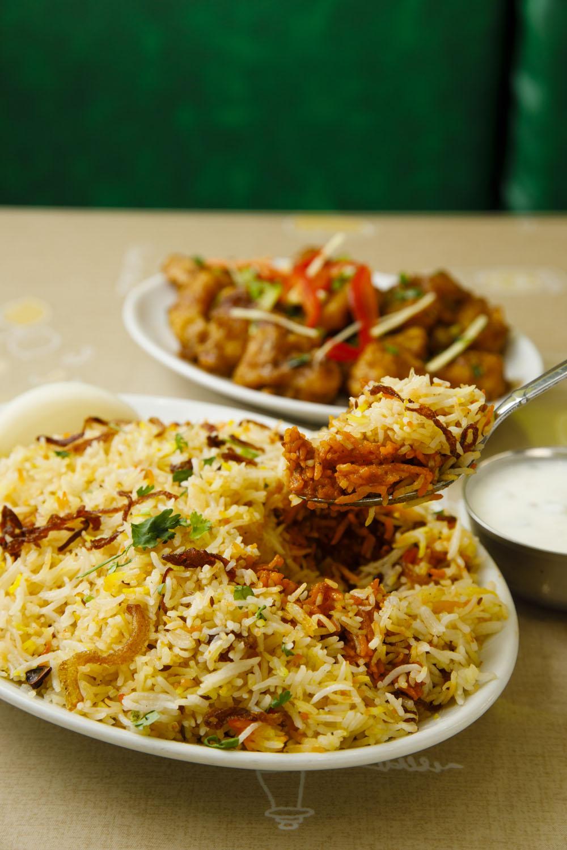 マトンビリヤニ1350円(手前)と、インド式中華の代表格、野菜マンチュリアン850 円。味変を楽しみながらかきこもう。