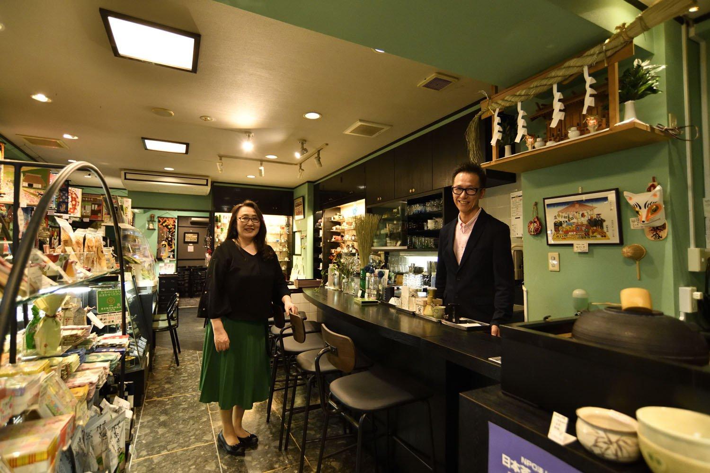 「このカウンター席からカフェを始めた」と清水夫妻。右手には茶釜。