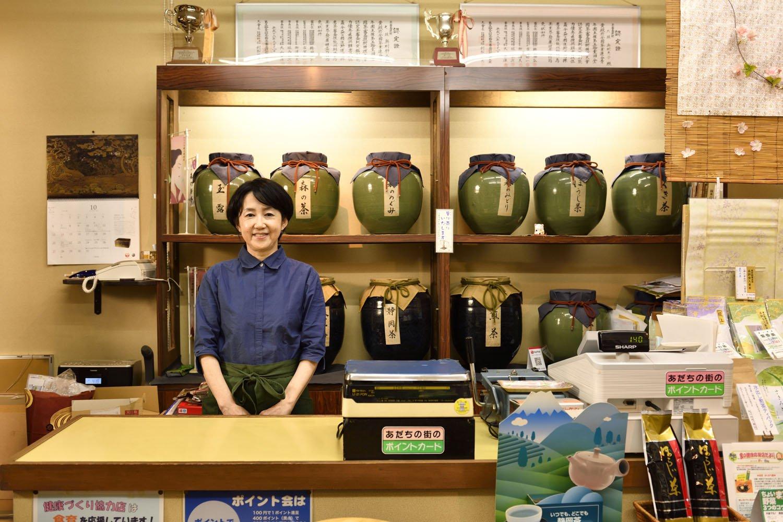 小・中学校でもお茶の淹れ方の指導をしている奥村恵子さん。