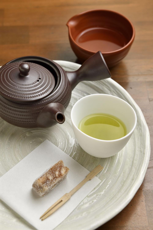 毎日飲みに来る常連さんもいるという気軽な煎茶300円(菓子付き)。