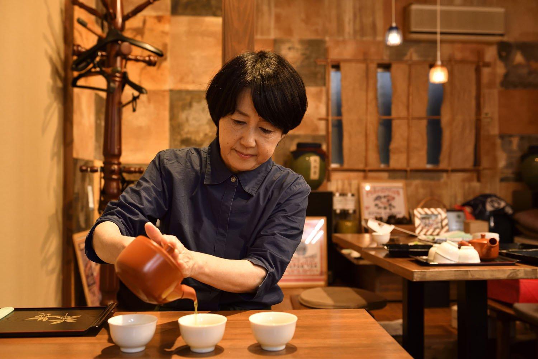 日本茶教室は茶葉の見方から始め、複数のお茶を飲み比べる。