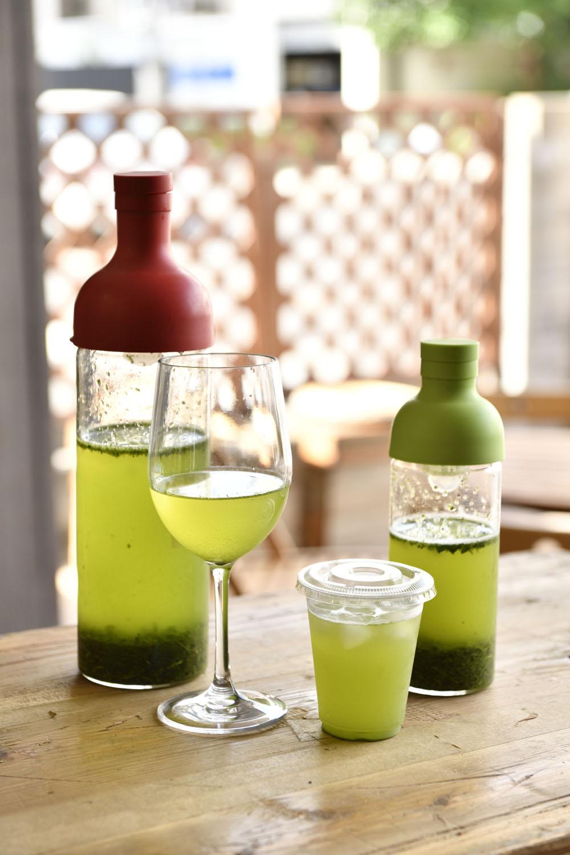 テイクアウトの冷茶450円~はプラカップで、冷茶の試飲はワイングラスで。
