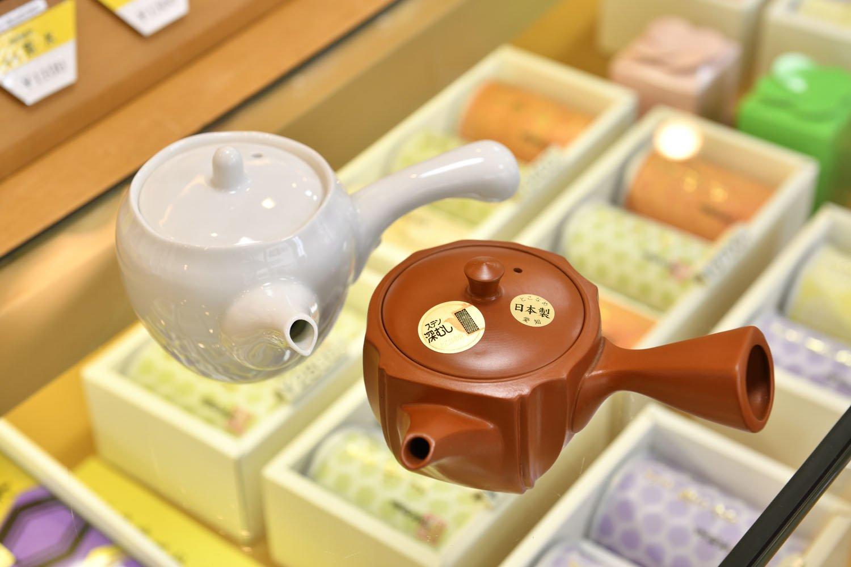 店オリジナルの白磁帯アミ急須3850円、東京深むし急須2750円。