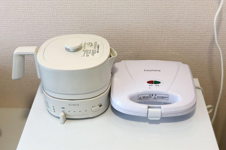 我がカプセルのキッチンがわり!インスタント麺などが作れる調理機能付きポットとホットサンドメーカー。ホットサンドメーカーはカプセル住民のアドバイスを受けて購入。