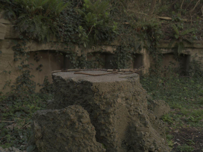 砲座にあったコンクリートの突起物。基礎のように思えたので加農砲のものだろうかと考えてみた。