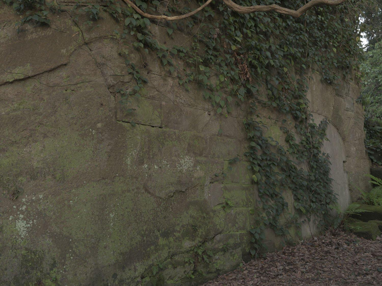 横墻の扉、岩盤と同化しそうな全体部分。