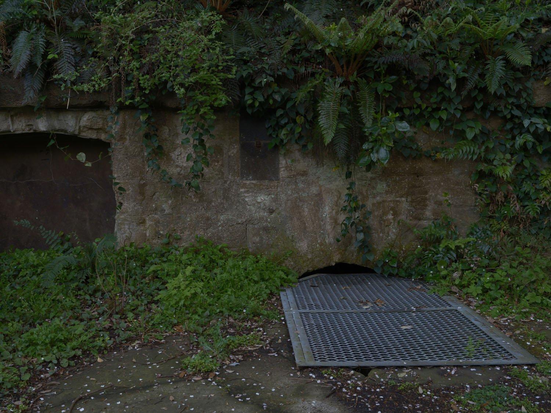 弾薬庫へ通ずる地下道は金網でガードされているが油断しないように。