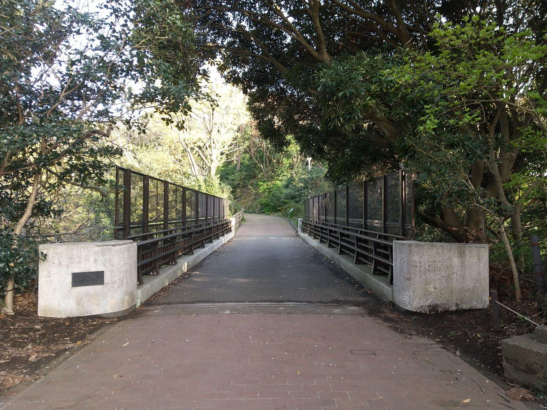 腰越保塁の先は切り通しとなっていて、そこを橋で渡る。かつてはレンガのアーチ橋が架っていた。