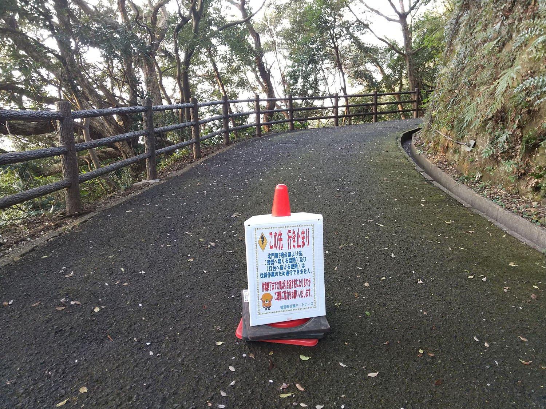 取材時は北門第二砲台跡へ通ずる道が砲台までしか行けないと注釈されていた。通常であればグルっと山道を歩いて観音崎灯台まで出られる。