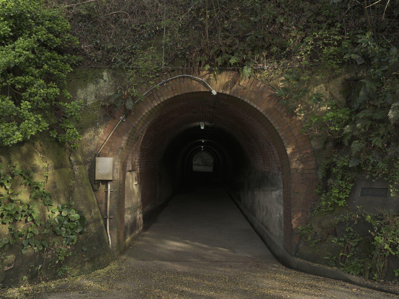 北門第三砲台へ至るトンネル。照明があるとはいえ、異界へ誘われそうで少々腰が引ける。