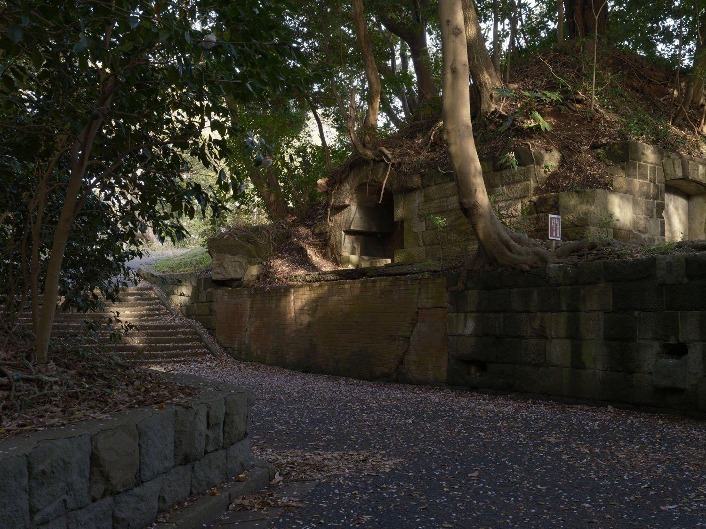 北門第三砲台の全景。階段を上がった部分に砲座があり、中心部の土盛が横墻。さらに奥にも砲座はあったが、公園整備で消えてしまった。