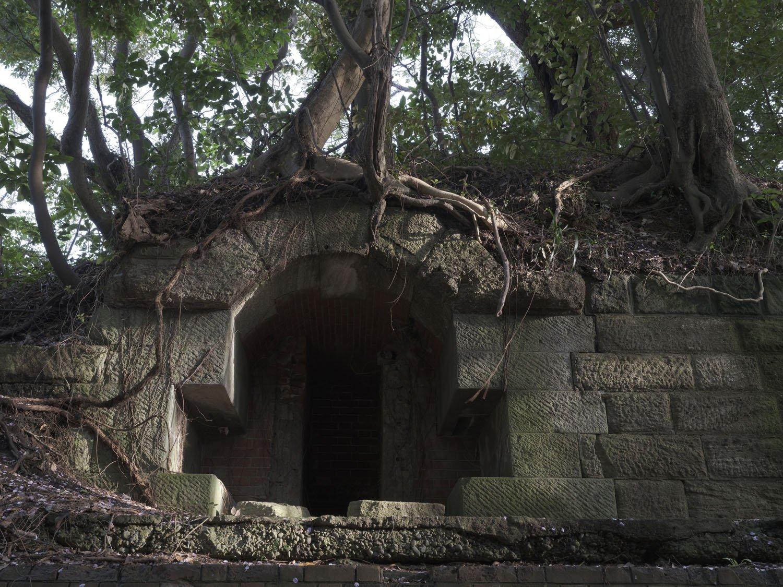 横墻で目につく古代遺跡の墓所入り口のようなものは、「揚弾井(ようだんせい)」と呼ぶ、地下に収納する砲弾を引き上げる設備。井戸の原理と同じで滑車等がこの部分にあり、下部から砲弾を上げ下げしていた。