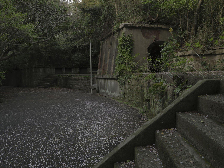 この角度で横墻を見ると廃線跡に見えてしまう。軽便鉄道の列車がトンネルから出るシーンを妄想してみる。