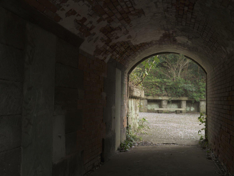 横墻のトンネル内部。壁面は埋められているが揚弾井があった。トンネル内で砲弾の上げ下げをしていたそうだ。