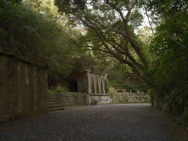 掩蔽部から眺めた人気のない北門第一砲台。砲台というよりは舞台の遺跡に思えてくる。