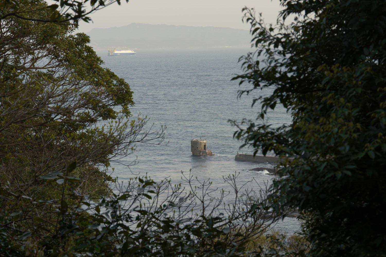 観音崎灯台へ行く途中の道からは、敵潜水艦の音を探知する聴測所のコンクリート構造物が望めた。ちなみにこの聴測所は数カ月前のテレビ番組「鉄腕ダッシュ」で細かく紹介されていた。