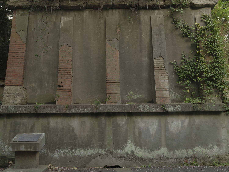 横墻の側面。レンガの上からモルタルが吹き付けられていたようだ。下部の半円の穴は、道路が嵩上げされて埋められた弾薬庫の部分。