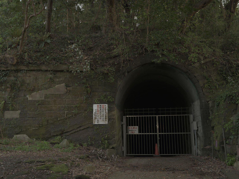北門第一砲台へ行く途中で見たセンター入り口の道はこのトンネルへと通じている。いまは立入禁止だ。トンネル内部にも弾薬庫があるとのこと。