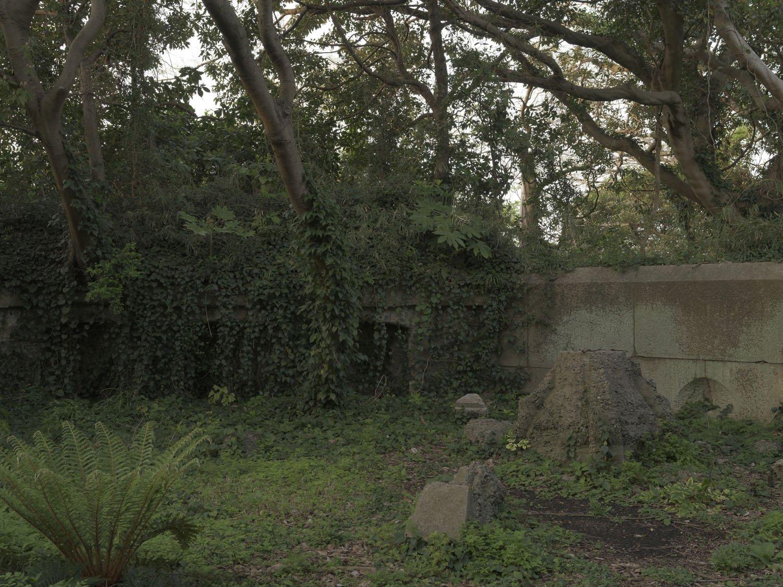 蔦や木で覆われた胸墻。砲座には二十四センチ加農砲が配備されていた。