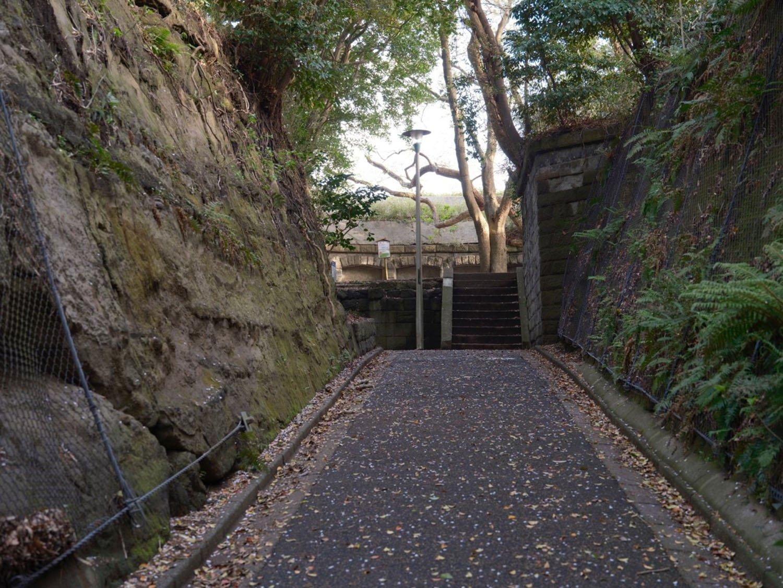 崖というか岩盤と同化して分かりづらいが、奥のほうに石垣で組まれた砲台がみえる。