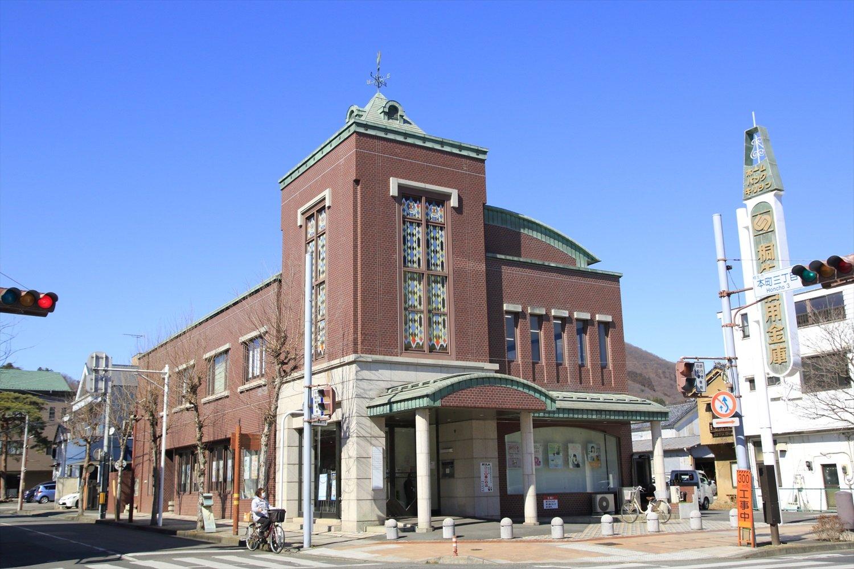 上に風見鶏がいる「桐生信用金庫」本町支店。