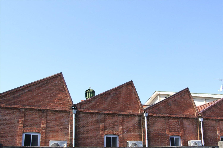 ノコギリ屋根の旧工場を利用するベーカリー。