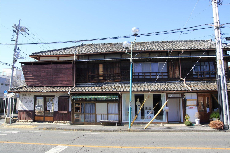 飲食店などが入る寄棟造りの4軒長屋。