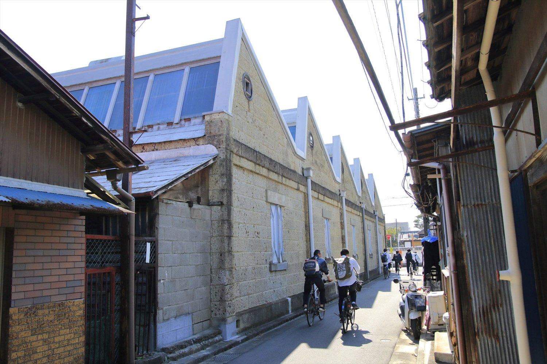大正11年(1922)築の、旧織物工場は大谷石積み。