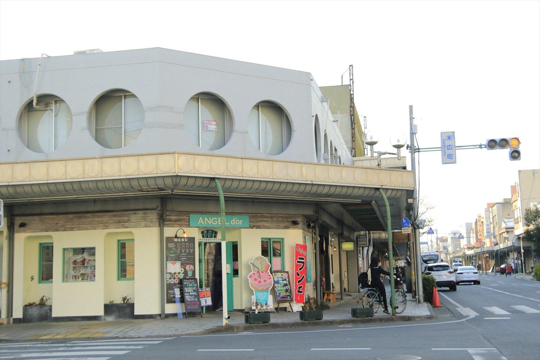昭和感の漂う建物が点在する末広町商店街。