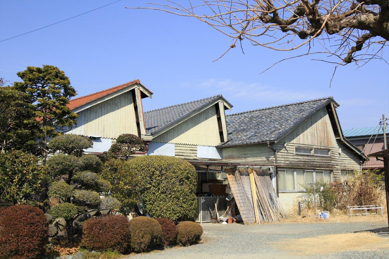 赤がかわいいノコギリ屋根は刺繍工場に。